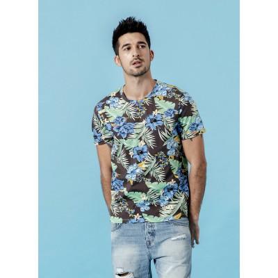 Camiseta com Estampa Folhas...